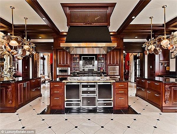 Nhà bếp sang trọng, rộng rãi.