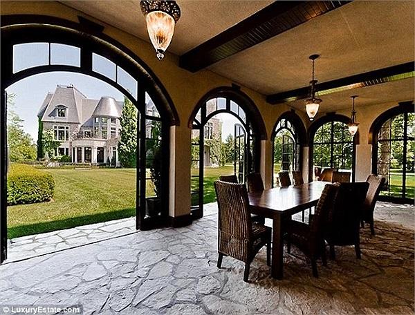 Celine Dion chủ yếu chọn gam màu tối trang trsi cho căn biệt thự, tạo không khí ấm áp trong gia đình.