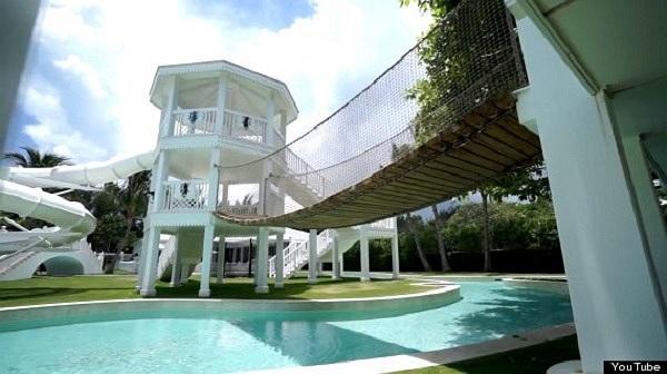 Ngoài ra, ngoại cảnh được trang hoàng ba bể bơi riêng biệt, một công viên nước mini, một dòng sông nhân tạo và khu nhà thể thao có sân gôn.