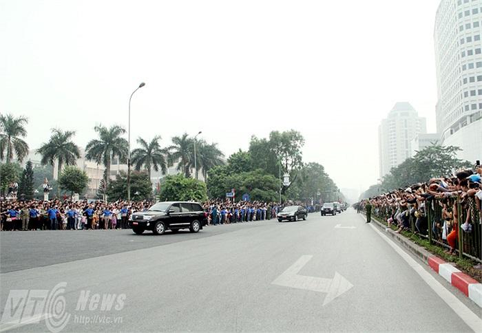 Đúng 9h, đoàn xe chở linh cữu Đại tướng Võ Nguyên Giáp đã tới khu vực cầu vượt Mai Dịch, trước cổng Đại học Quốc gia Hà Nội.