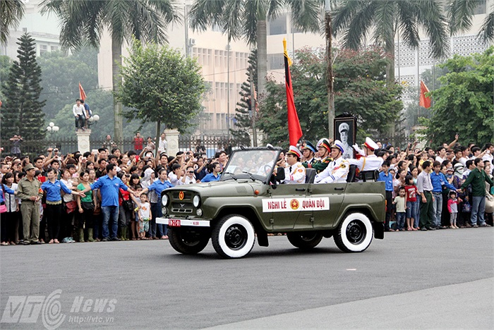 Khi xe chở di ảnh của Đại tướng đi qua, hàng nghìn người dân đã giơ tay lên chào Người lần cuối.