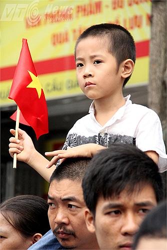 Cậu bé cầm cờ vẫy chào Đại tướng lần cuối cho tới khi đoàn xe đi xa mãi.