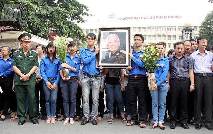 Tập thể sinh viên Đại học Sư phạm Hà Nội tưởng nhớ đến Đại tướng.