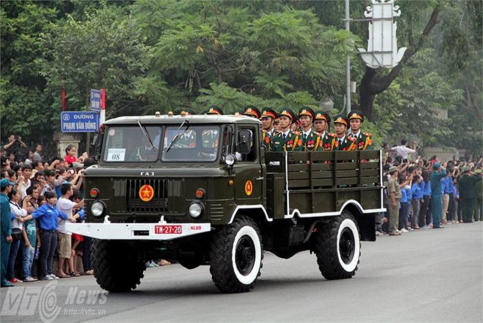 Đoàn xe tang lễ chầm chậm đi qua trong sự tiếc thương của hàng vạn người dân đứng hai bên đường.