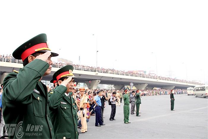 Những chiến sỹ bộ đội cũng giơ tay chào vị Đại tướng thiên tài lần cuối.