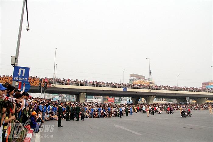 Hàng vạn người dân cùng ra đường tiễn đưa Đại tướng Võ Nguyên Giáp về với đất mẹ Quảng Bình.