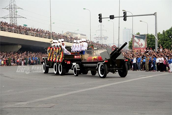 Linh cữu Đại tướng Võ Nguyên Giáp đi qua, hàng vạn người cùng hô vang ' Đại tướng vĩ đại'.