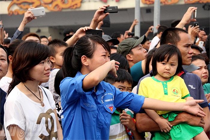Nước mắt của sinh viên tình nguyện cứ tự nhiên trào ra khi xe chở linh cữu Đại tướng đi qua.