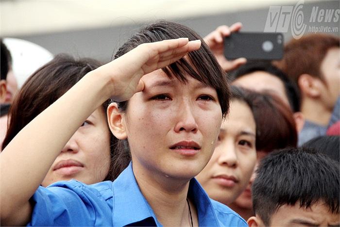 Ánh mắt của cô sinh viên tình nguyện cứ nhìn ra xa mãi khi đoàn xe đã khuất bóng.