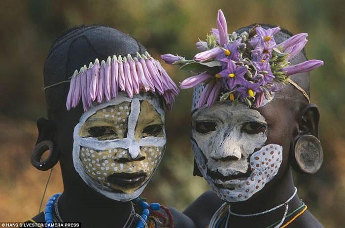 Trong đó có bộ tộc Surma và Mursi, được biết đến với nhiều phong tục độc đáo.