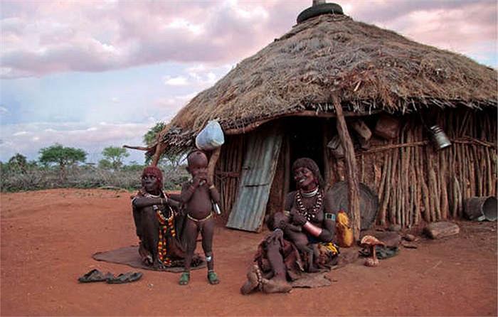 Hàng ngày, họ dành nhiều thời gian cho việc làm đẹp, thậm chí những 'trang phục' được người dân thay mới 3 đến 4 lần trong ngày để làm duyên.