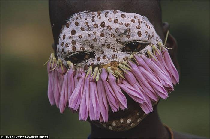 Candy Pratts nói rằng: 'Trái ngược với cuộc sống giản đơn, nguyên sơ, những người dân của bộ tộc này lại đặc biệt quan tâm đến cái đẹp'.