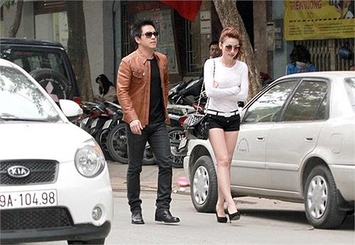 Trước đó đúng một tháng, tháng 12/2012, Tuấn Hưng và Ngân Khánh bị bắt gặp lần đầu cùng nhau đi dạo quanh khu Nhà Thờ - Hà Nội.