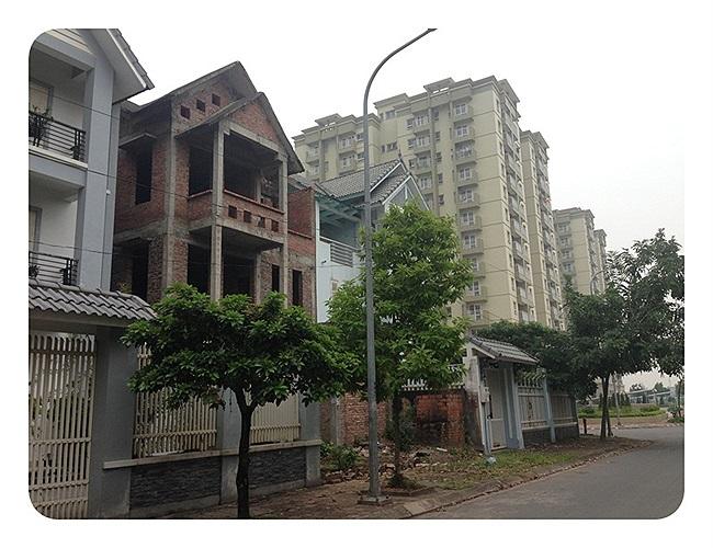 Xen giữa các biệt thự đẹp long lanh là những căn nhà bỏ hoang
