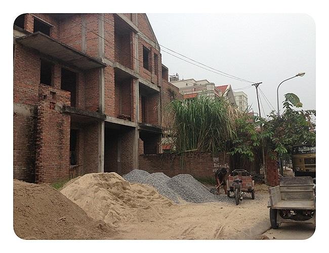 Nhiều căn biệt thự nằm ngay ở vị trí 2 mặt đường cũng bị bỏ hoang nhiều năm