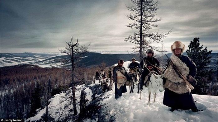Bộ lạc Tsaatan ở phía Bắc Mông Cổ, nơi nhiệt độ thường xuyên ở mức âm 50 độ C, những cư dân cuối cùng của bộ lạc vẫn sống với truyền thống của cha ông là chăn nuôi tuần lộc