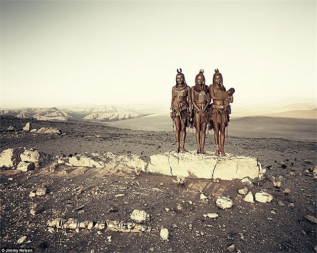 Đây là những cư dân của bộ lạc Himba, bộ lạc du mục cổ xưa sinh sống ở các khu vực sông Kunene, phía Tây Bắc Namibia và Tây Nam Angola