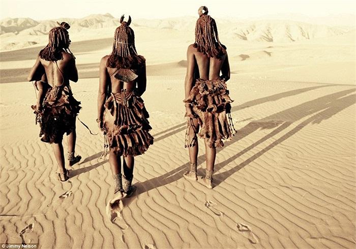 Những người phụ nữ Himba đi bộ qua sa mạc Namib