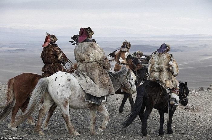 Những người đàn ông của bộ tộc Kazakhs, sinh sống trên các vùng cao nguyên Mông Cổ để săn bắn với những chú đại bàng đã được huấn luyện