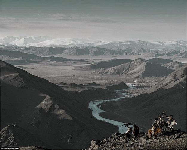 Đây là những người thuộc bộ lạc Kazakhs, gốc Thổ Nhĩ Kỳ, nơi mà những người đàn ông đi săn trên lưng ngựa với những chú đại bàng vàng đã được huấn luyện