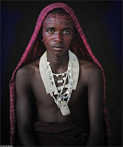 Người Maasai đo sự giàu có bằng số gia súc và vợ của mình, đàn ông có thể lấy nhiều vợ nhưng người có quyền lực nhất trong số họ là vợ cả