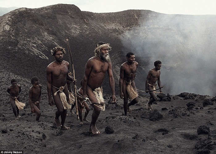 Đây là những người thuộc bộ lạc Ni-Vanuatu, thuộc nước Cộng hòa Vanuatu, một trong chuỗi 83 hòn đảo ở phía Tây Nam Thái Bình Dương