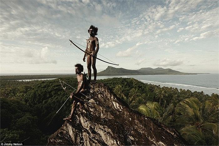 Những người đàn ông đi săn bằng cung tên trên núi