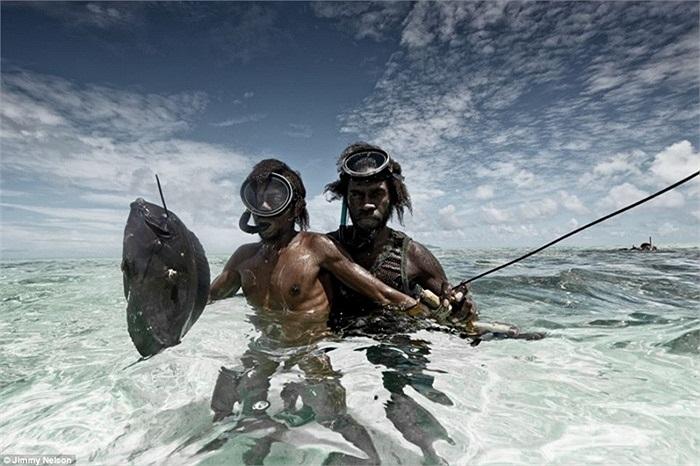 Nhưng cũng có khi cầm vũ khí xuống nước đi bắt cá