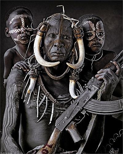 Cư dân của Mursi, bộ lạc sinh sống ở thung lũng Omo của châu Phi, phía Tây Nam Ethiopia, gần Kenya
