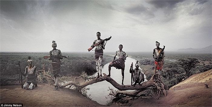 Cuộc sống hàng ngàn năm nay đã chẳng thay đổi gì nhiều với những bộ tộc ở đây, họ sinh sống, săn bắt và canh tác dọc theo bờ sông Omo