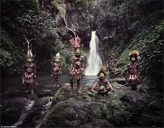 Huli Wigmen, bộ lạc nổi tiếng với những mái tóc giả vô cùng sặc sỡ của mình, đến từ Papua New Guinea