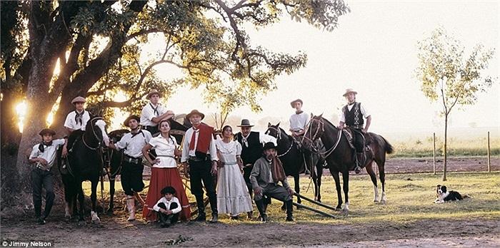 Gauchos là bộ lạc của các kị binh du mục sống trên lưng ngựa ở Arghentina, những người sống lang thang trên các thảo nguyên Nam Mỹ từ những năm 1700