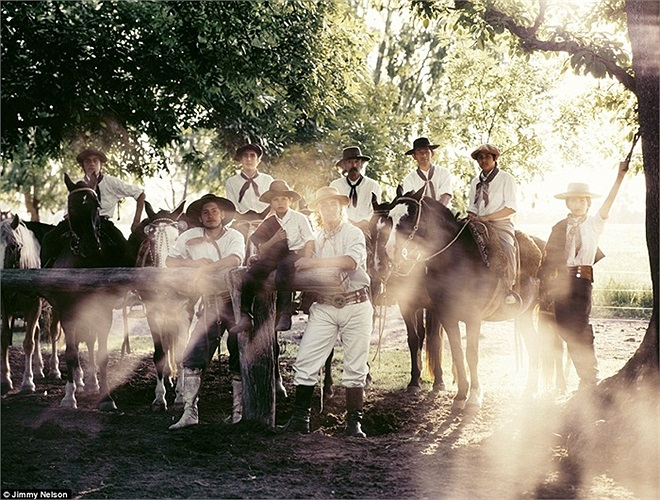 Thú vui của người Gaucho là uống rượu, chơi đàn guitar, hát những bài hát về kỹ năng săn bắn, cưỡi ngựa và 'ân ái' của mình