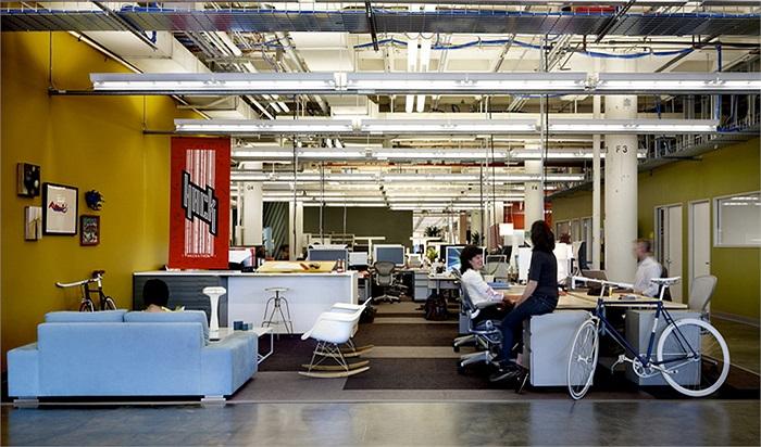 Facebook: Lương trung bình 121.507 USD/năm. Cũng giống như Apple, mặc dù mức lương không phải quá cao nhưng các nhân viên của mạng xã hội số 1 thế giới đều rất hãnh diễn khi được làm việc tại đây.