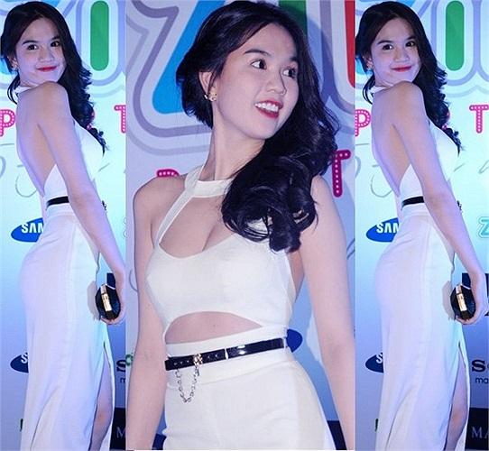 Cô sở hữu rất nhiều bộ váy màu trắng gợi cảm và thanh lịch.