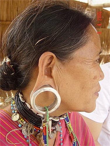 Hiện nay, nhiều người vẫn rất ưa chuộng việc làm đẹp bằng kéo dài tai, họ cho rằng đó là nét đẹp truyền thống của con người, tai càng dài càng… đẹp.