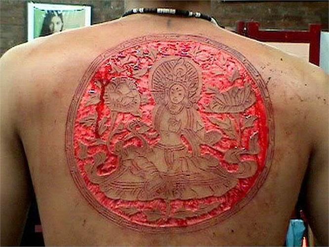 Scarification là nghệ thuật tạo hình độc đáo bởi những dấu ấn được tạo ra bằng cách dùng dao để cắt da trên cơ thể, để lại những vết sẹo theo ý muốn của chủ nhân.