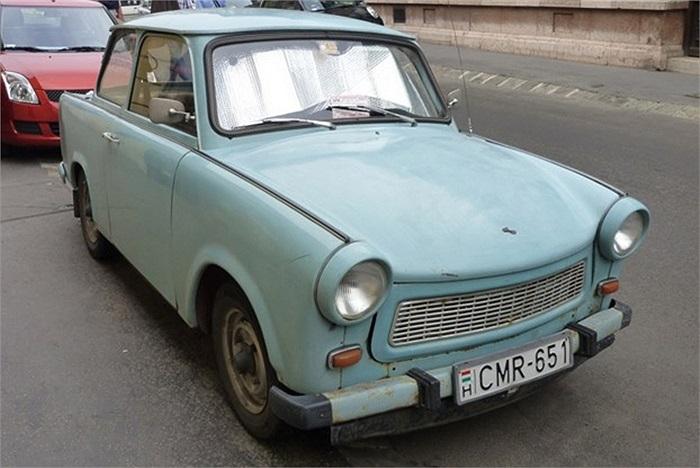 Nhỏ bé, thô kệch, sử dụng động cơ hai kỳ cũ kĩ chạy bằng xăng pha dầu phả khói mù mịt, Trabant từng được xem là một trong những mẫu xe tồi nhất mọi thời đại.