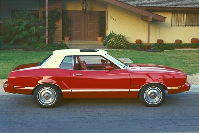 Mustang II 1974 được thiết kế trên bộ khung xe cũ kỹ của Ford Pinto. Hiệu suất xe bị coi là quá tầm thường đã không thể giúp 'chú ngựa hoang Mustang II' phi nước đại. Tạp chí Consumer Reports đã đưa Mustang II 1974 vào danh sách 50 mẫu xe tồi nhất tr