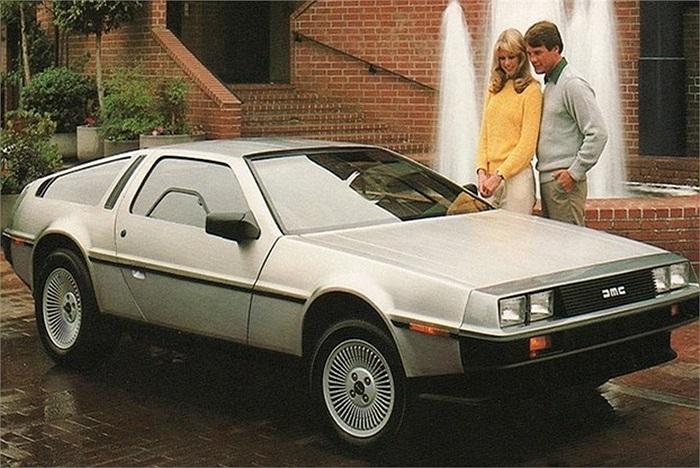 DeLorean DMC-12 được thiết kế bởi John Z. DeLorean, sản xuất tại Ireland từ năm 1981 tới 1982, đã có 8.582 chiếc DMC-12 được xuất xưởng với mức giá 25.000 USD. Mẫu xe này là một thất bại bởi mặc dù được coi là siêu xe nhưng tốc độ cũng như sức m