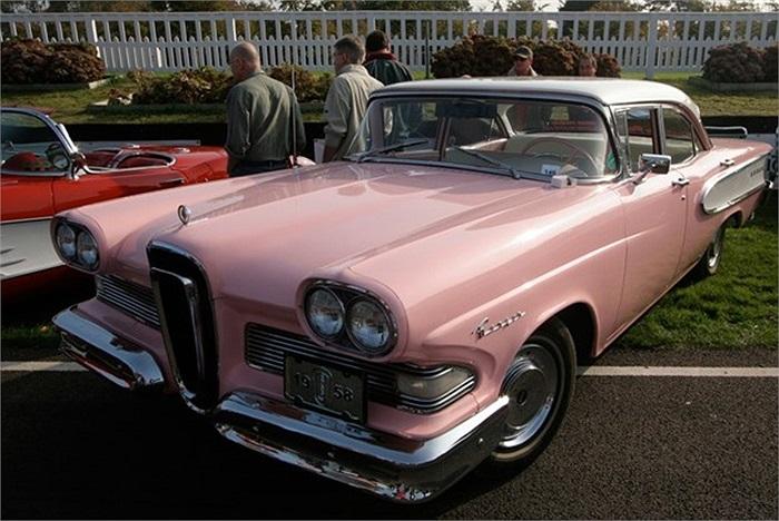 Năm 1958, hãng sản xuất xe hơi Ford Motor đã dành hàng triệu USD để phát triển chiếc Ford Edsel. Tuy nhiên, người tiêu dùng cho rằng mẫu xe mang thương hiệu này chẳng có gì hấp dẫn, thiết kế xấu và giá lại cao. Đến năm 1961, phiên bản này đã biến mất