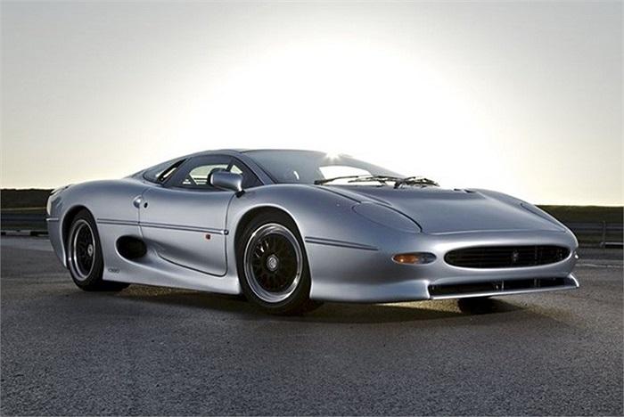 Jaguar XJ220 cũng nằm trong danh sách những chiếc xe tồi tệ nhất. Mẫu xe được công bố trong năm 1988. Jaguar đã thay thế động cơ V12 trên bản concept bằng khối động cơ V6 Twin-Turbo 3.5 lít, khối động cơ lấy từ chiếc xe đua Austin Metro 6R4, Jaguar X