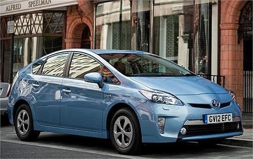 Toyota Prius Plug-in có mức tiêu thụ nhiên liệu chỉ 1,74 lít/100 km và có lượng phát thải khí CO2 ở mức 49g/km. Mẫu xe này sử dụng động cơ lai nhưng là kết hợp giữa xăng và điện. Để sở hữu một chiếc xe như thế này, khách hàng phải bỏ ra số tiền khoản