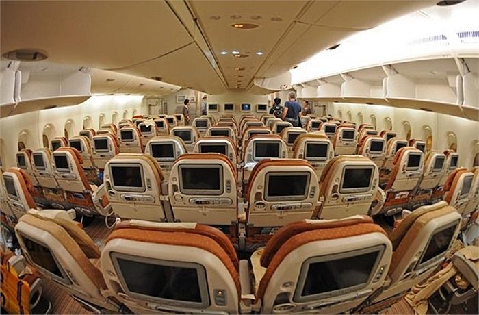 Được mệnh danh là siêu máy bay chở khách, thiết kế A380 cho thấy khoang chính của nó là cực kỳ rộng rãi, gấp đôi so với một chiếc A320 thông thường.