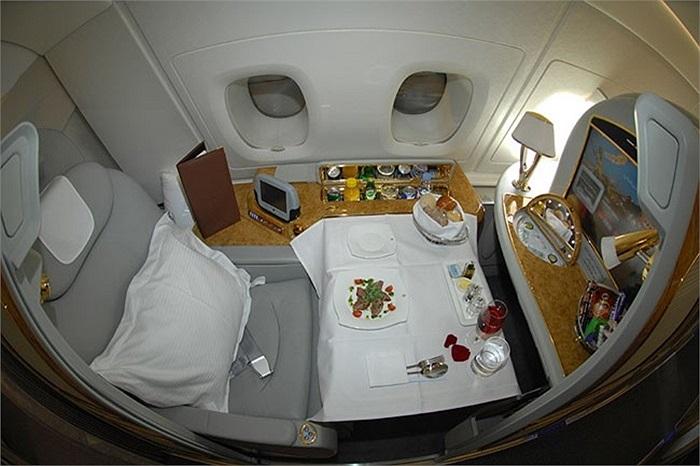 Đây là khoang VIP của một chiếc A380 thuộc hãng hàng không Qatas Airways với nhiều vật dụng thậm chí còn được mạ vàng. A380 cho thấy nó phù hợp với những tiêu chuẩn cao về một siêu máy bay an toàn, rộng rãi và đáp ứng nhu cầu của giới siêu giàu.