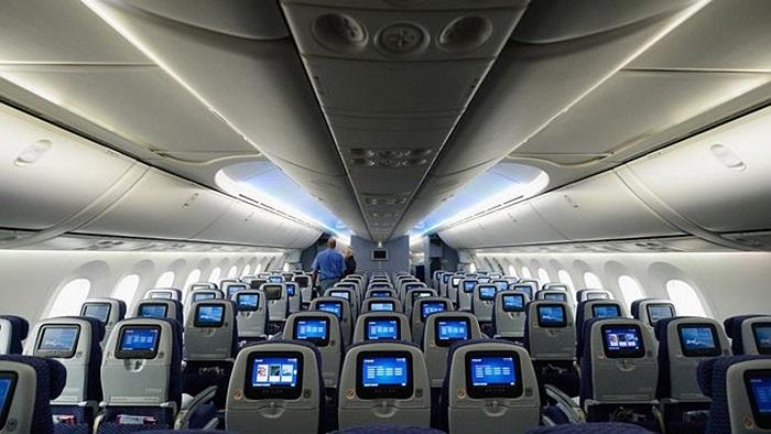 Nội thất trong chiếc Boeing 787 rất đẹp với không gian rộng. Màu sắc đèn trong khoang có thể tùy biến theo màu đèn led được hãng bay sử dụng.