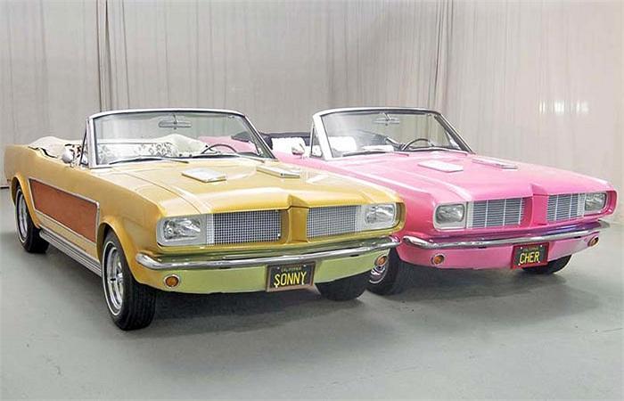 Cặp đôi xe Mustang độ của nữ ca sĩ Cher và chồng cũ Sony cũng bị chê xấu vì cách phối màu và sử dụng đồ chơi không hợp lý.