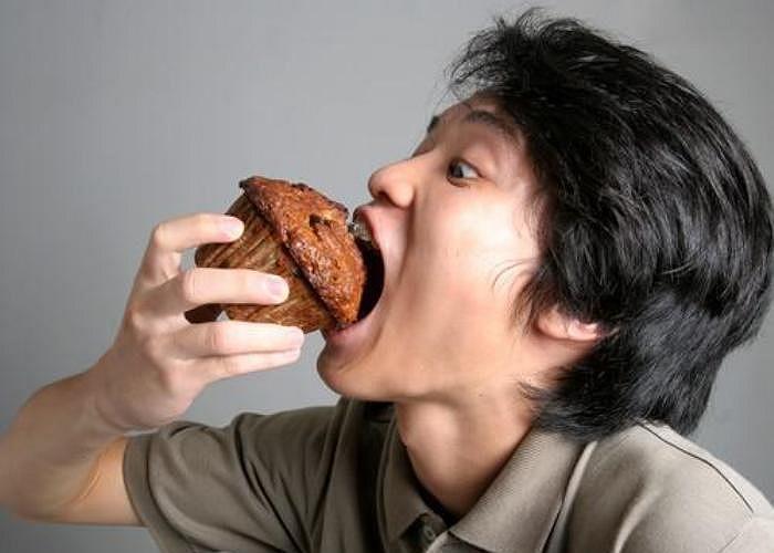 12. Ăn uống ngồm ngoàm. Nhiều người sẽ tụ lại nói xấu bạn nếu một lúc nào đó họ trông thấy bạn ăn uống một cách ngồm ngoàm, thiếu tế nhị.