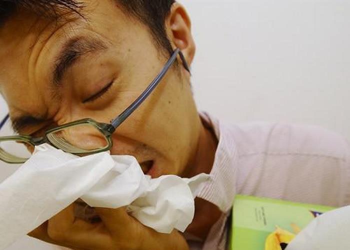 3. Hỉ mũi to suốt ngày. Nếu bạn bị bệnh thì nên về nhà và nghỉ ngơi, thay vì ở cơ quan và hỉ mũi liên tục. Âm thanh của hỉ mũi có thể gây khó chịu cho các đồng nghiệp của bạn.