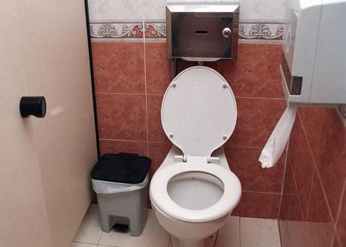 10. Không ấn xả bồn cầu. Nếu đồng nghiệp hoặc sếp bắt gặp bạn quên xả nước bồn cầu sau khi sử dụng, họ sẽ có một ý nghĩ hoàn toàn xấu về bạn.